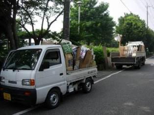 会所有の軽トラックで各戸を資源回収